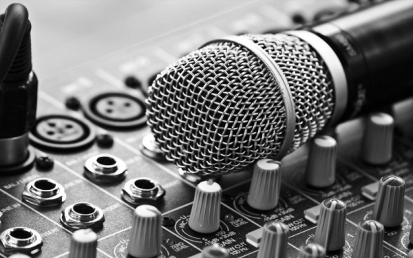 mic-on-sound-board-800x500